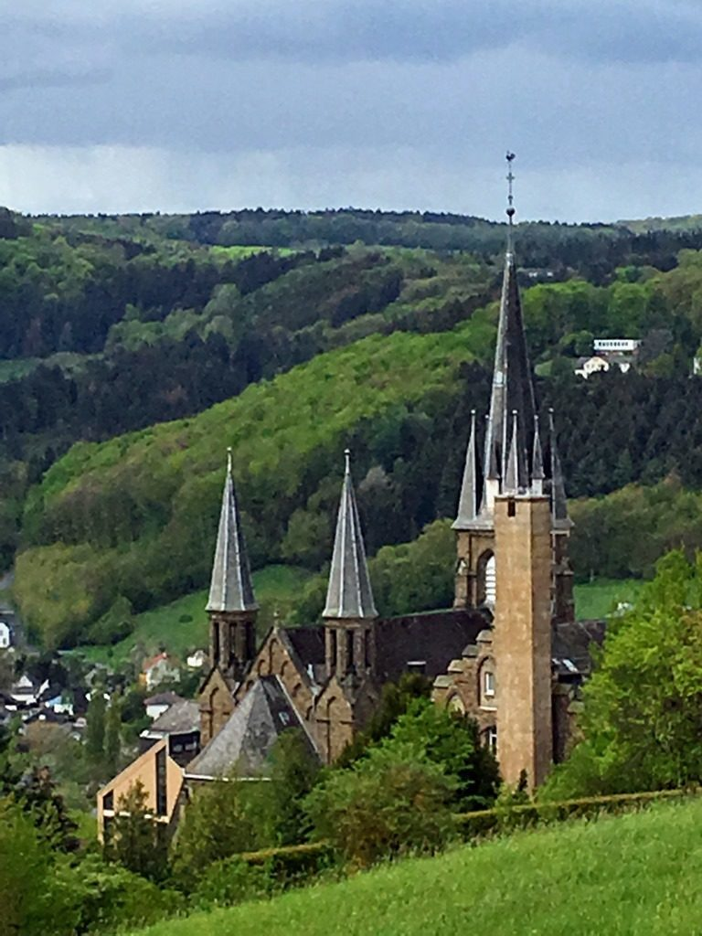 Die Mutterhauskirche der Waldbreitbacher Franziskanerinnen kurz hinter Glockscheid.